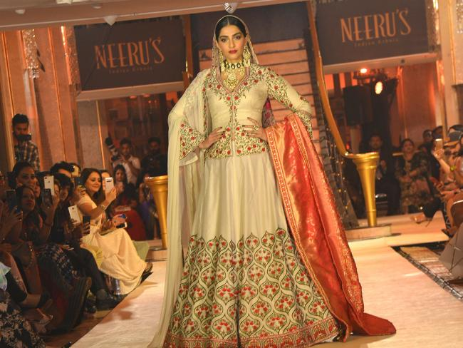 https://m.sakshi.com/sites/default/files/styles/storypage_main/public/gallery_images/2019/12/19/Neerus%20Hosts%20The%20Winter%20Fashion%20Show%20Sonam%20Kapoor%20Photo%20Gallery_1.jpg?itok=--jTbv_7